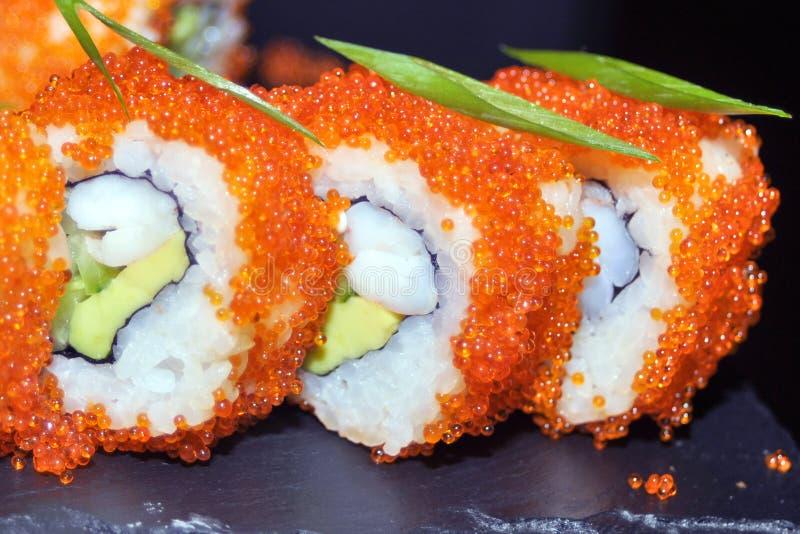 Primo piano dei rotoli di sushi Alimento giapponese in ristorante Il rotolo di sushi della California ha messo con il salmone, l' immagini stock libere da diritti