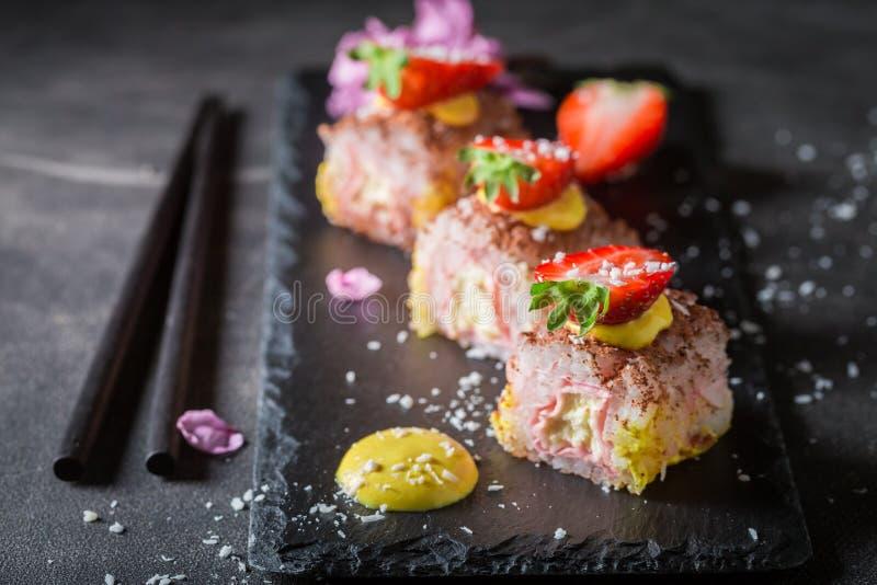 Primo piano dei sushi dolci fatti delle fragole fotografie stock