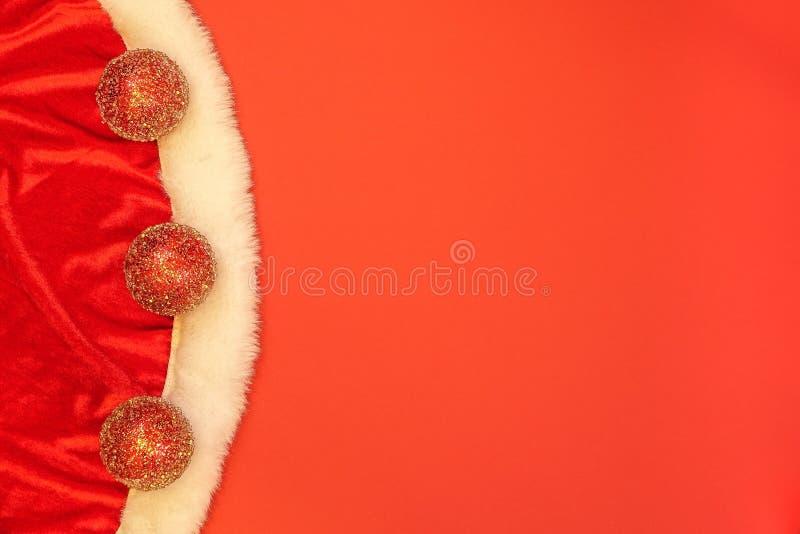 Primo piano dei vestiti del ` s di Santa e della decorazione di natale fotografia stock libera da diritti