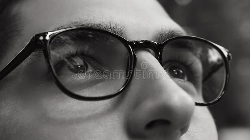 Primo piano dei vetri d'uso dell'uomo Vita in bianco e nero senza vista Concetto sano di vista fotografia stock libera da diritti