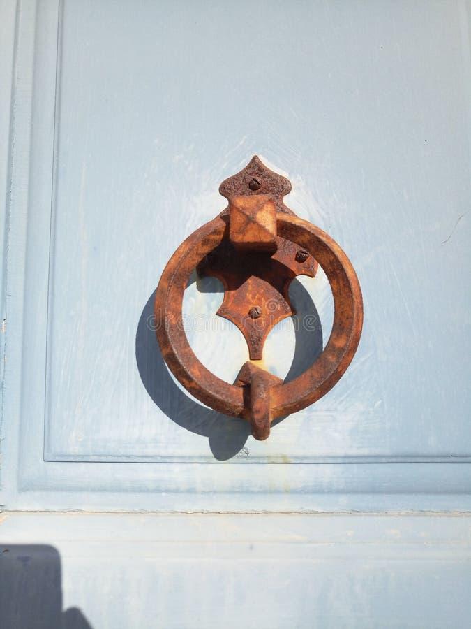 Primo piano del battitore antico decorativo sulla porta fotografie stock