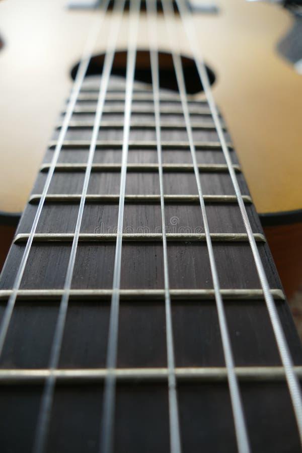 Primo piano del bordo del cerchio della chitarra fotografia stock
