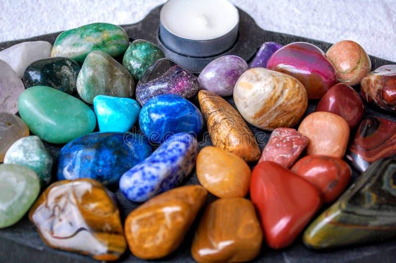 Primo piano del bordo del giardino di zen delle rocce e dei cristalli di benessere fotografie stock