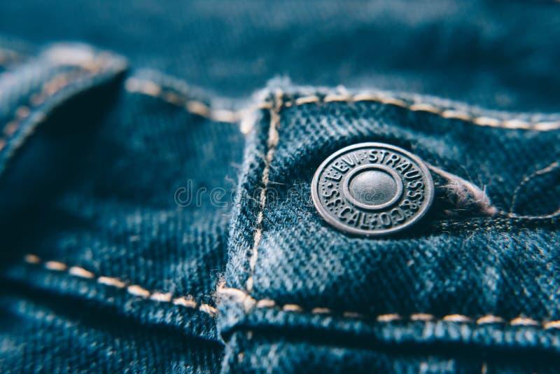 Primo piano del bottone dei jeans del ` s di Levi immagini stock