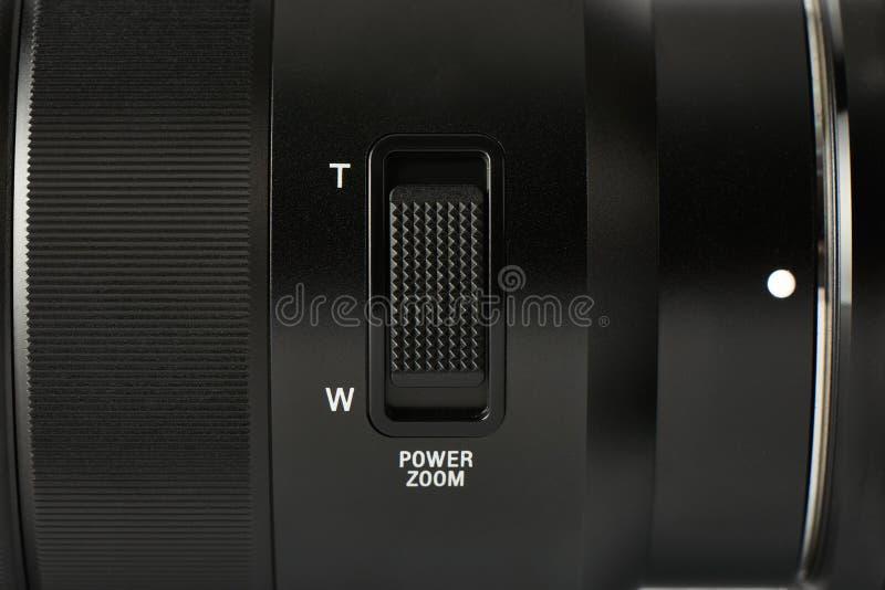 Primo piano del bottone dello zoom su una lente di macchina fotografica digitale fotografie stock