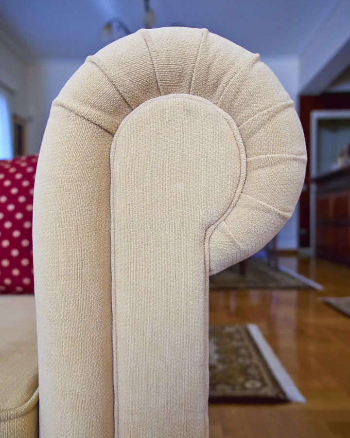 Primo piano del braccio del sofà fotografie stock