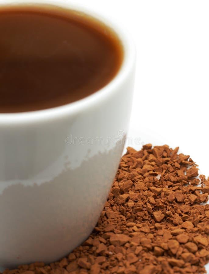 Primo piano del caffè del caffè espresso con i granelli immagine stock