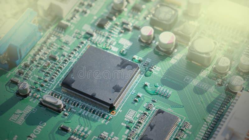 Primo piano del circuito elettronico con acqua immagini stock