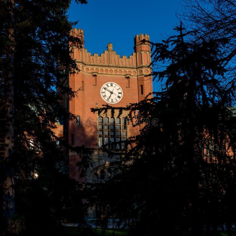 Primo piano del clocktower sull'universit? di edificio servizi dell'Idaho fotografie stock