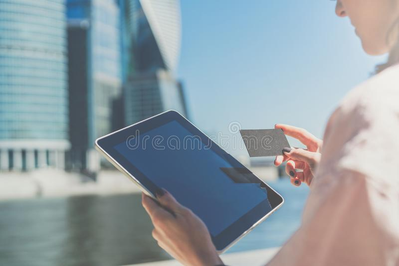 Primo piano del computer della compressa con la carta di credito in banca e dello schermo in bianco, biglietto da visita in mani  fotografie stock