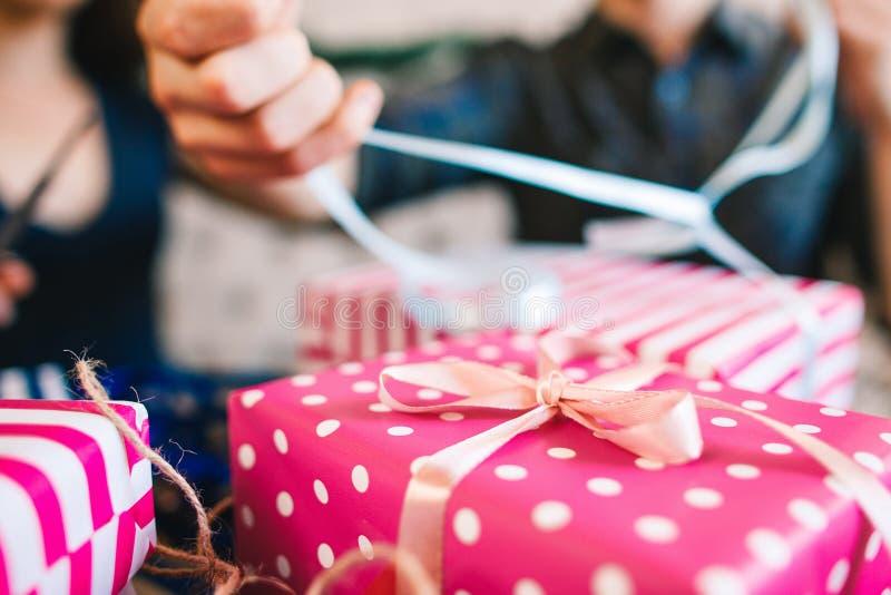 Primo piano del contenitore di regalo rosa, spostamento di regali di Natale fotografie stock libere da diritti