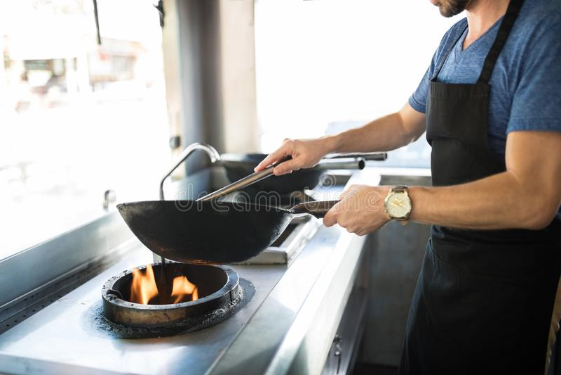 Primo piano del cuoco in camion dell'alimento fotografia stock