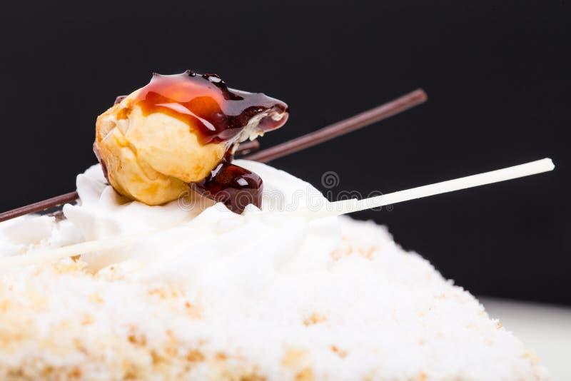 Primo piano del dado sul dolce delizioso fotografie stock libere da diritti