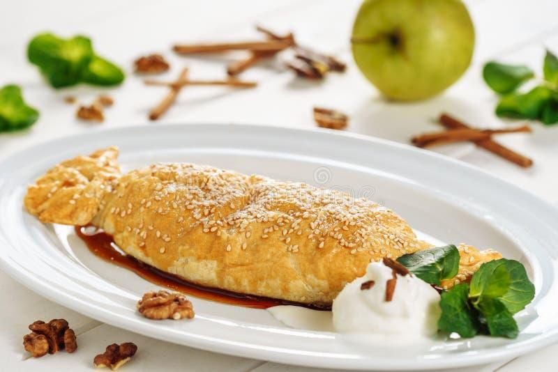 Primo piano del dessert farcito dolce dello strudel della pasticceria di Apple immagini stock libere da diritti