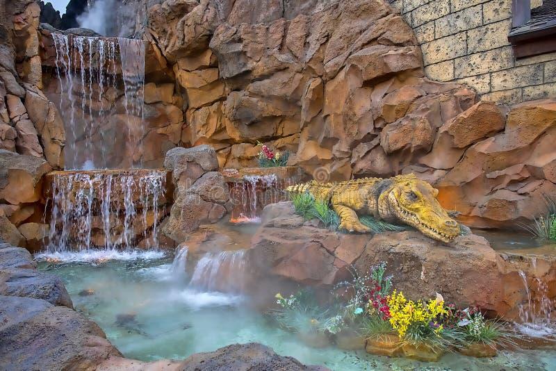 Primo piano del dettaglio del caffè della foresta pluviale con la cascata ed il grande alligatore fotografie stock libere da diritti