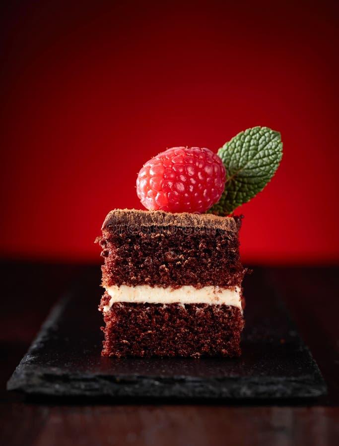 Primo piano del dolce di cioccolato con il lampone immagini stock libere da diritti