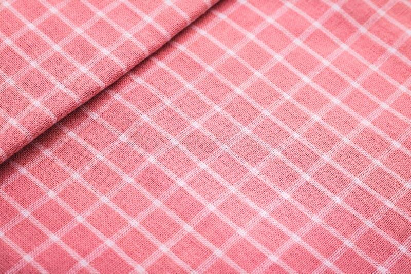 Primo piano del fondo rosa della tovaglia Dettaglio di tessuto nel modello di picnic immagini stock libere da diritti