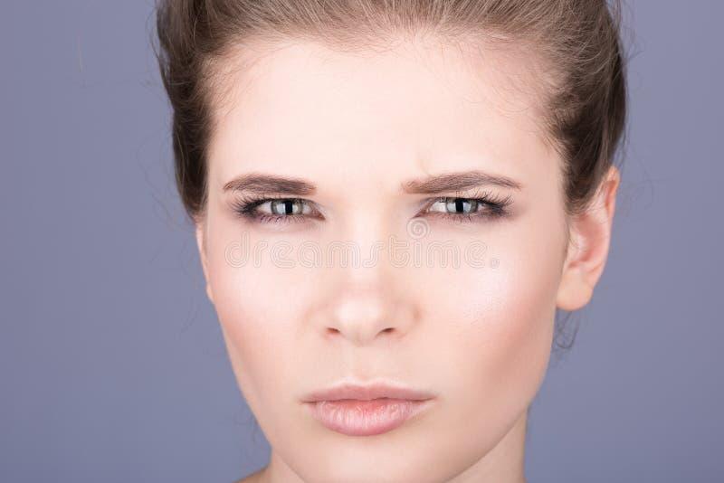 Primo piano del fronte di bella giovane donna Pelle pulita e sana perfetta fotografia stock
