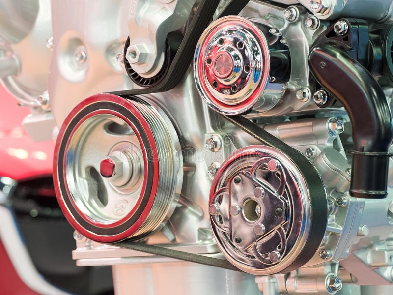Primo piano del fuoco moderno della componente del motore dell'automobile dell'automobile sulla puleggia con la cinghia fotografie stock libere da diritti