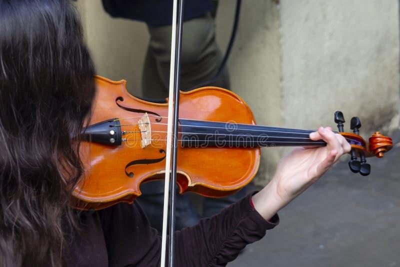 Primo piano del giocatore del violino fotografia stock libera da diritti
