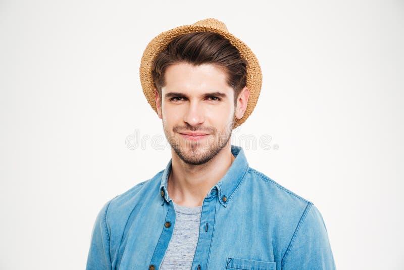 Primo piano del giovane sicuro in cappello e camicia blu fotografia stock libera da diritti
