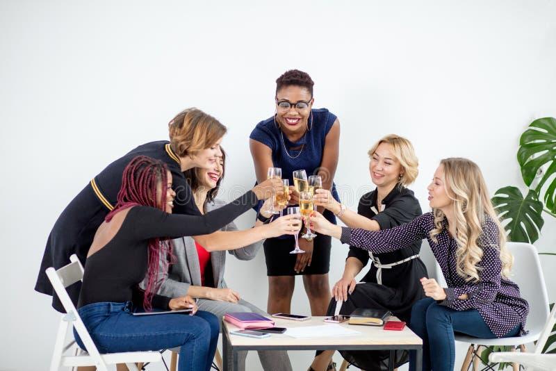 Primo piano del gruppo di persone di affari che tostano i vetri di champagne nell'ufficio immagini stock libere da diritti