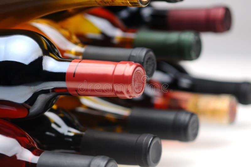 Primo piano del lato inferiore delle bottiglie di vino fotografie stock libere da diritti