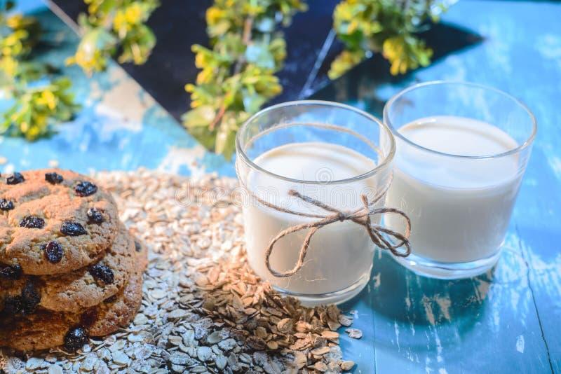 Primo piano del latte dell'avena Il concetto di una dieta vegetariana immagini stock libere da diritti