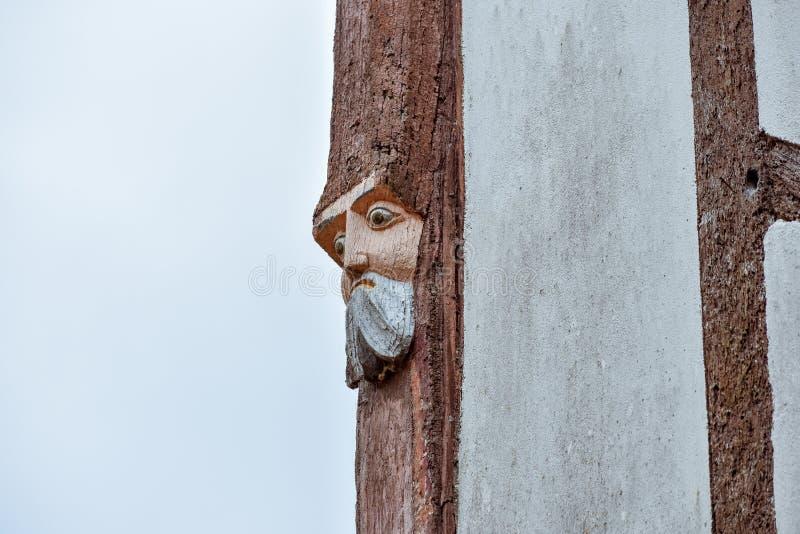 Primo piano del legno dei fronti scolpito in vecchie case in Rochefort-en-Terre, Bretagna francese immagine stock