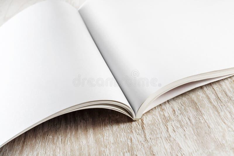 Primo piano del libro in bianco immagini stock