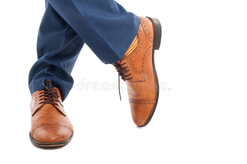 Primo piano del maschio alla moda con le scarpe eleganti immagini stock