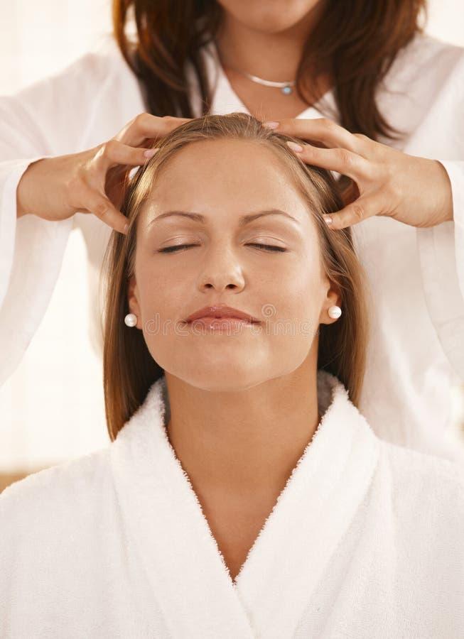 Primo piano del massaggio capo fotografie stock
