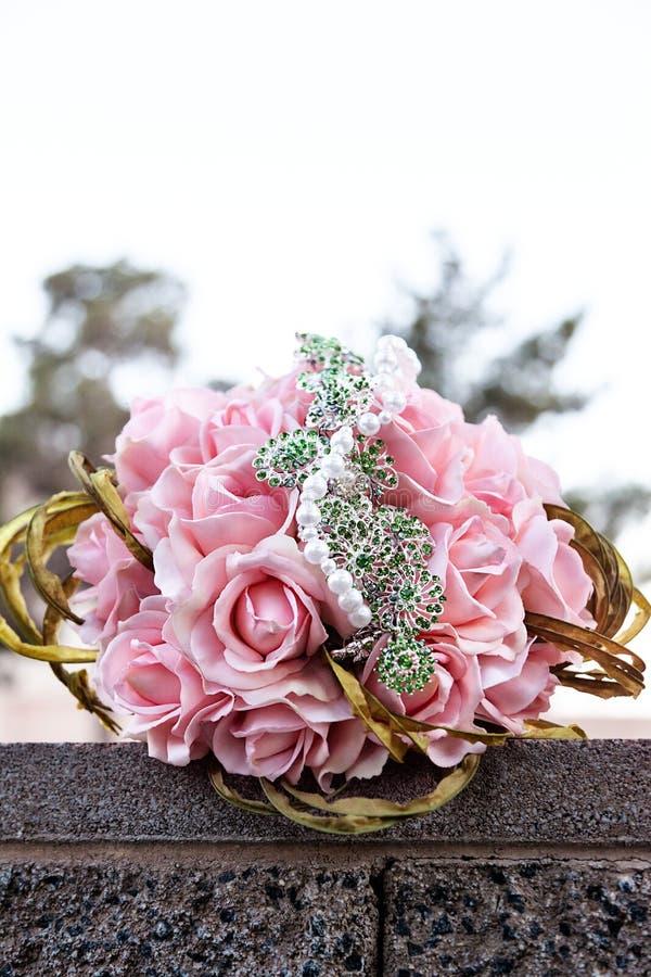 Primo piano del mazzo di nozze della sposa delle rose rosa su un giorno delle nozze all'aperto fotografie stock libere da diritti
