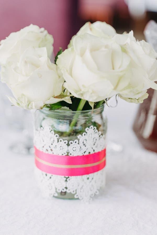 Primo piano del mazzo del fiore del dettaglio della decorazione della Tabella di nozze immagine stock libera da diritti