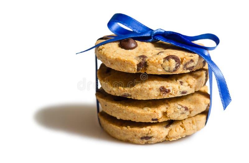 Primo piano del mucchio dei biscotti di pepita di cioccolato isolato fotografia stock libera da diritti