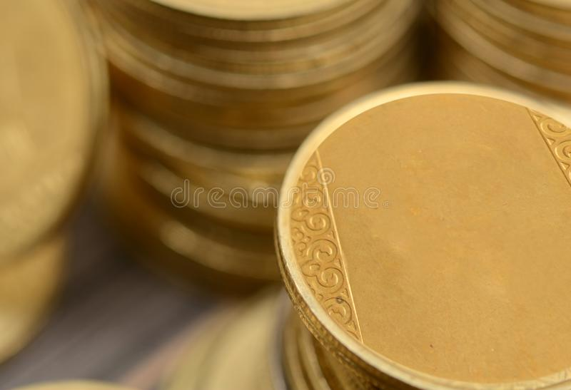 Primo piano del mucchio dorato delle monete - concetto dei guadagni fotografie stock