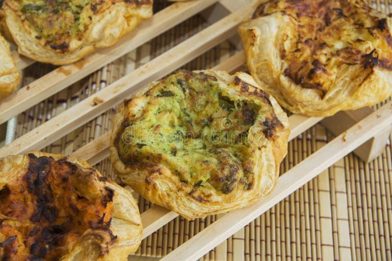 Primo piano del panino casalingo della pasta sfoglia con il riempimento fotografia stock libera da diritti