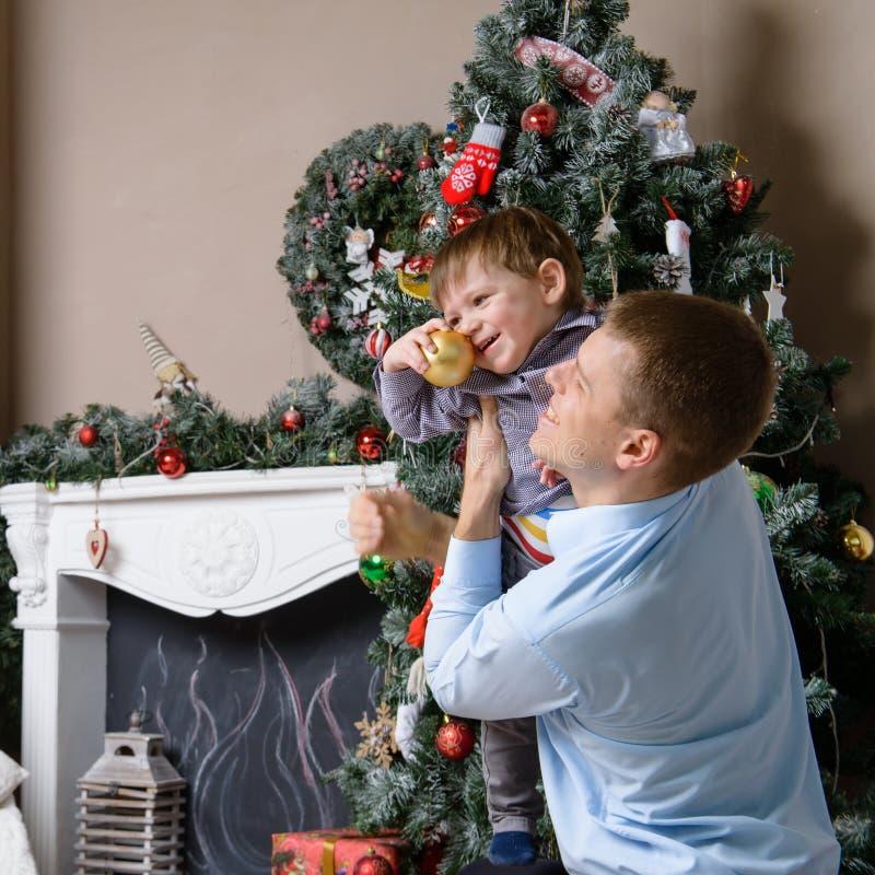 Primo piano del papà caucasico sveglio che tiene un bambino Piccolo holdi del figlio fotografie stock
