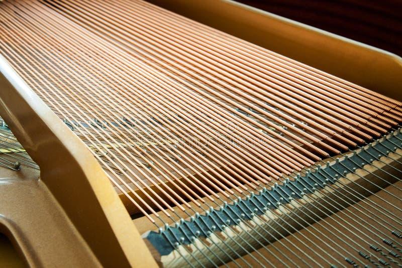 Primo piano del pianoforte a coda che mostra le corde i for La piattaforma del secondo piano progetta le immagini