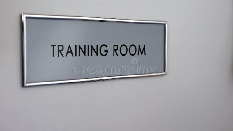 Primo piano del piatto della porta della stanza di addestramento, visita all'incontro di affari, seminario della società fotografie stock