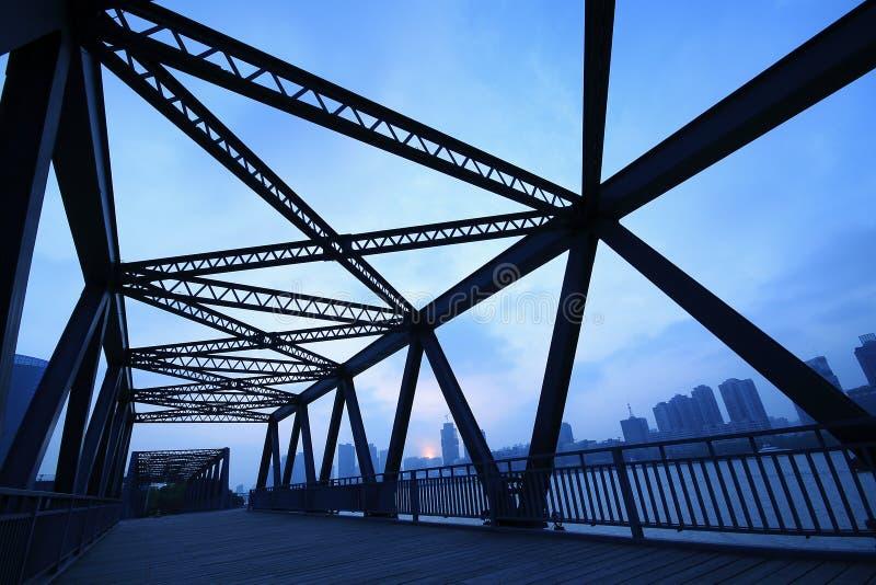 Primo piano del ponte della struttura d'acciaio al paesaggio di notte fotografia stock libera da diritti