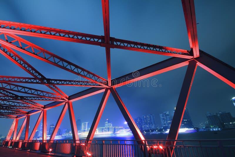 Primo piano del ponte della struttura d'acciaio al paesaggio di notte immagine stock libera da diritti