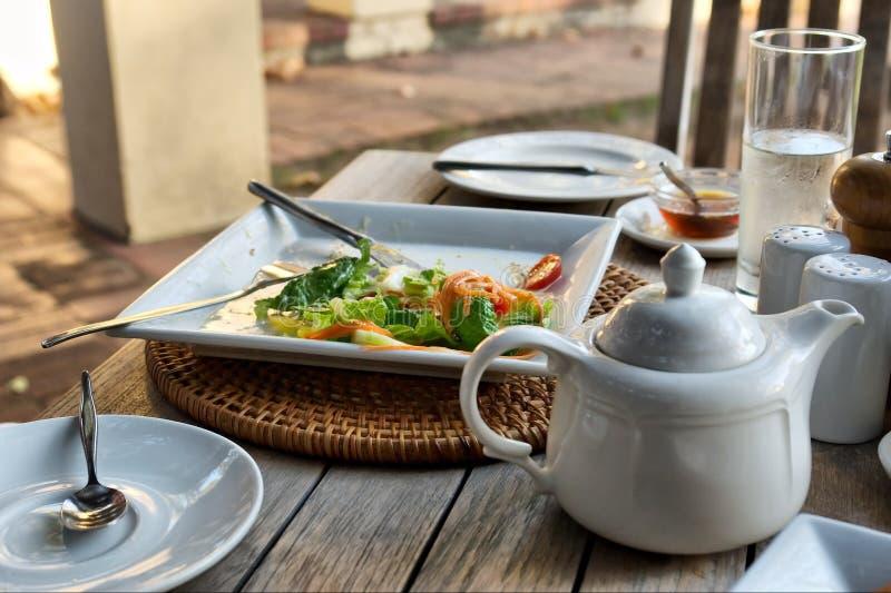 Primo piano del POT del tè del piatto N dell'insalata in ristorante immagine stock
