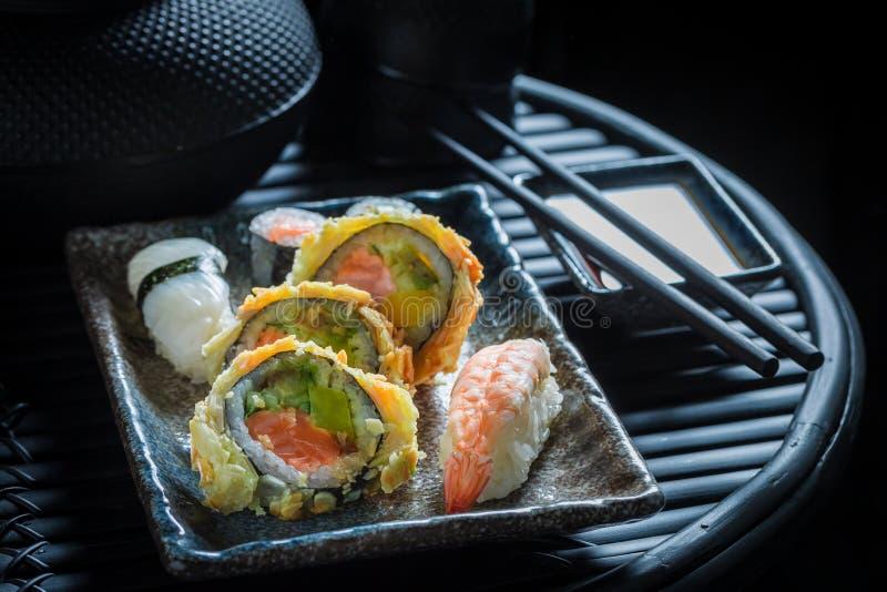 Primo piano del preparato dei sushi con i gamberetti ed il riso fotografie stock