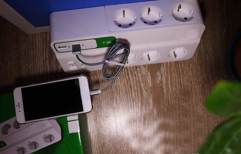 Primo piano del protettore di impulso e dettagli elettrici dell'alimentazione elettrica fotografia stock