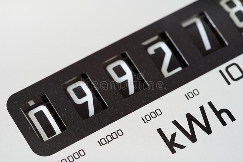 Primo piano del quadrante del contatore elettrico immagine stock