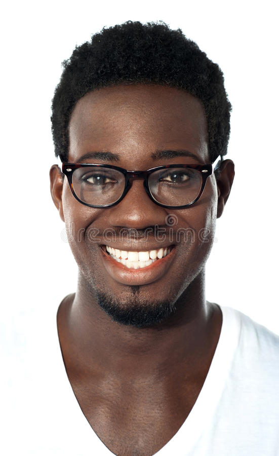 Primo piano del ragazzo africano allegro con usura dell'occhio fotografia stock