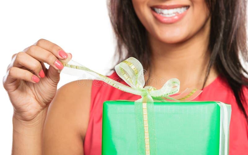 Primo piano del regalo della scatola di apertura della donna Natale immagini stock libere da diritti