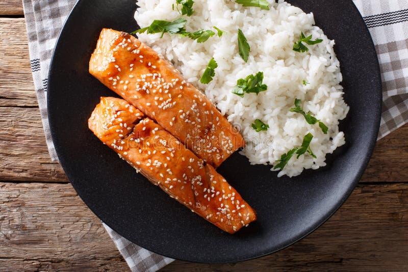 Primo piano del riso di camolino e del salmone lustrato Soia-miele orizzontale t fotografie stock libere da diritti