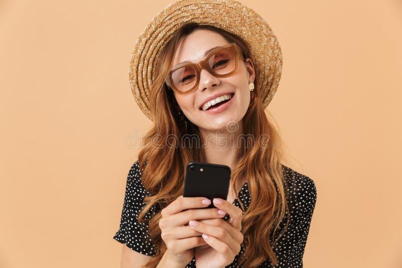 Primo piano del ritratto del cappello di paglia della donna contenta e dei sunglass d'uso fotografie stock libere da diritti